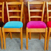 4 Chaises en chêne années 60 - Enlévement de la paille d'origine et remplacement par une galette et de la mousse - recouvertes de 4 velours différents LELIEVRE.