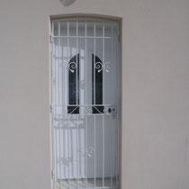 grille de protection de porte fermée