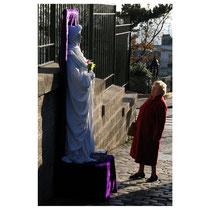 Lebende Statue in der Nähe von Sacre Coeur