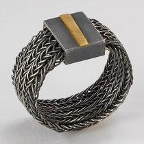 Theresa Zellhuber, Ring Silber geschwärzt – Goldstreifen: 269€ ; www.atelier-theresa.de ; Mail: info@atelier-theresa.de