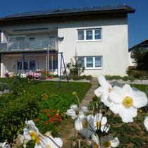 Das Haus mit Blick vom Garten auf das Feriendomizil