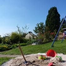 Der Garten - hier können sich unsere kleinen Gäste so richtig austoben, auch im Sandkasten und auf der Schaukel unserer Enkelkinder