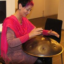 Ingrid Backes spielt Hang