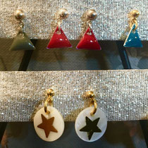 Boucles d'oreilles fillettes et femmes pour oreilles percées ou non : petits triangles émaillés et nacres étoiles dorées 12€