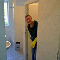 Unangenehmes mit einem strahlenden Lächeln erledigen! Britta säubert das Herren WC.