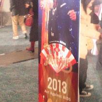 会場ロビーに設置された桑田さん看板。ツーショット写真を撮るために長蛇の列。
