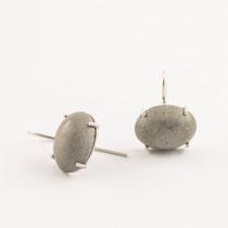 Ohrhänger oval, Krabbenfassung, Silber und Beton