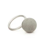 Ring mit großer Betonperle (Durchmesser 15 mm)