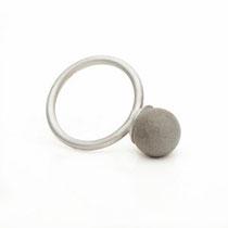 Ring mit kleiner Betonperle (Durchmesser 10 mm)