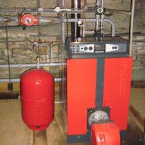 Chaudière fioul basse température OERTLI 115 kW (vase d'expansion 80 litres à côté)