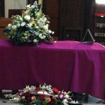 Autour du cercueil de nombreuses gerbes, témoignages de reconnaissance et d'amitié