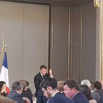 Le Président répond aux nombreuses questions des maires et élus des Hauts de France : ruralité, santé, emploi, place de la commune, mobilité, brexit ...