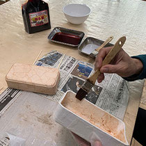 トレーに和紙を貼り、柿渋を塗布します