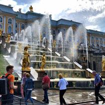 St. Petersburg | Peterhof | Vom Ingenieur Tuwolkow ausgeklügelte Wasserversorgung: Das Selbstflusssystem arbeitet, wie der Name sagt, nur mit dem natürlichen Gefälle und ohne eine einzige Pumpe.
