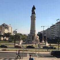 Die Praça Marquês de Pombal ist ein Platz, der sich zwischen der Avenida da Liberdade und dem Parque Eduardo VII befindet. Bild: Statue des Marquês de Pombal.