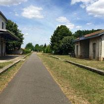 Massilly: Der Radweg führt zum grössten Teil entlang einer stillgelegten Bahnstrecke. Privat umgenutzter Bahnhof.