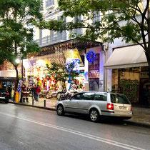 Weihnächtlicher «Krims-Krams»-Laden an einer Seitenstrasse hinter dem Hotel