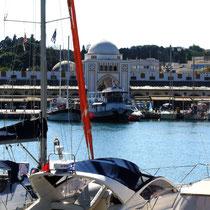 2013 | Rhodos-Stadt | «Hafenbummel» | Blick hinüber zum Grossmeisterpalast.|