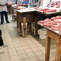«Central Market», Athens berühmter Fleisch- und Fischmarkt:  Manchmal für uns ungewohnte «Produktpräsentationen»