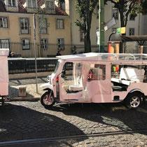 Bairro Alto: Tuk-Tuk, eine der Lissaboner Transport-Attraktionen.
