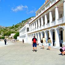 2013 | Rhodos | Symi | Kloster Panormitis | Mit all seinen Nebengebäuden wirkt es wie der Ausschnitt einer richtigen Stadt; denn das Kloster ist von mehrgeschossigen Gästetrakten umgeben. |