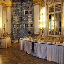 Puschkin | Katharinenpalast | «Nachgedeckte» Tafel der Zarenfamilie | Einer der unzähligen, herrlichen Porzellan-Kachelöfen