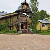 Mandrogi |  Bunte Holzschlösschen im altrussischen Stil der Bojarenhäuser (Bojaren waren Adlige unterhalb eines Fürsten oder Zaren) bestimmen das gesamte Dorfensemble.