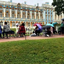Pushkin | St. Petersburg | Asiatische Touristen bringen ihre eigenen Stühle mit und machen Picknick während sie bis zu 3 Stunden «zum Einlass» warten müssen.