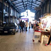 «Central Market», Athens berühmter Fleisch- und Fischmarkt:  Autoabgase stören hier «Frischfleisch» offensichtlich nicht. Und sind auch nicht verboten.