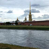 St. Petersburg | Stadtrundfahrt | Haseninsel | Blick auf die Peter-und-Paul-Festung | Peter-und-Paul-Kathedrale im Hintergrund