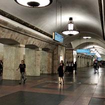 Moskau | Metro | Jede Metrostation mit unterschiedlichem Beleuchtungskonzept