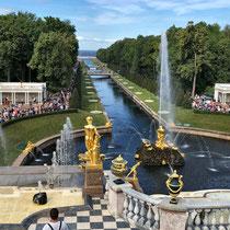 St. Petersburg | Peterhof | Künstlich angelegter Kanal zwischen dem finnischen Meerbusen und der Hauptkaskade des Grosses Palastes