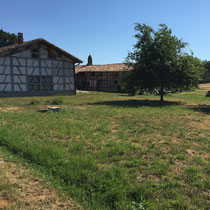 Boissey: 4. Etappe von Macon nach Louhans. Immer noch um die 40° C. Rechts typischer Kamin im Burgunder Stil.