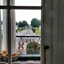 Puschkin | Katharinenpalast | Im Hintergrund: Prachtvolles Tor auf dessen Säulen sich die Farben des Palastes wieder finden | Ein Meisterwerk russischer Kunstschmiede.