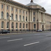 St. Petersburg | Stadtrundfahrt | Schnappschuss durch's Busfenster | «Irgend ein Palast» an der Admiralskaja