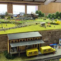 2021 | «Zur Kurve» | Das neu erstellte Lagerhaus, die Tankstelle und «Riegelhausen», noch im Ausbau.