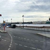 St. Petersburg | Stadtrundfahrt | Schnappschuss durch's Busfenster | Blick «entlang» der Newa | Rechts die St. Isaaks-Kathedrale