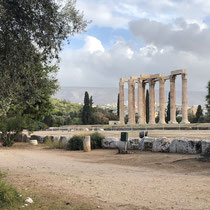 «Olympieion» (auch Tempel des Olympischen Zeus) ehemals einer der größten Tempel im antiken Griechenland. Der Bau geht auf das 6. Jahrhundert v. Chr. zurück, wurde aber erst unter dem römischen Kaiser Hadrian im 2. Jahrhundert n. Chr. vollendet.