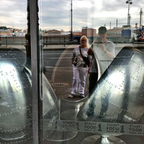St. Petersburg | Stadtrundgang | Spass-Aufnahme von 2 ausgefallenen «Stühlen» in einem IN-Lokal an der Newa