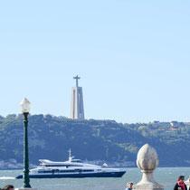 Statue von Cristo Rey: 109 m hoch, von Salazar als Danksagung für die fehlende Einbeziehung von Portugal 2. Weltkrieg im Auftrag gegeben. Es zeigt den Cristo Rey mit offenen Armen - eine klare Anspielung an das berühmte Cristo Rey in Rio de Janeiro.