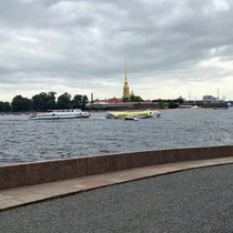 St. Petersburg | Stadtrundfahrt | Newa-Schnappschuss durch's Busfenster | Peter-und-Paul-Kathedrale im Hintergrund