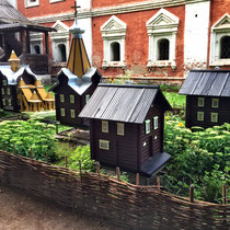 Jaroslawl | Stadt-Spaziergang | Miniatur-Bauten als Bienenstöcke.