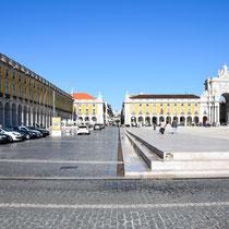 Die Praça do Comércio (dt. Platz des Handels) gehört neben dem Rossio und der Praça da Figueira zu den drei wichtigsten Plätzen innerhalb der Baixa Pombalina, des aufgrund des Erdbebens von 1755 neu gebauten innerstädtischen Bereichs.