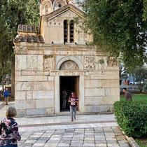Rechts neben der «Kathedrale Mariä Verkündigung» befindet sich die Panagia Gorgoepikoos, auch Kleine Mitropolis genannt, ein byzantinisches Kirchlein aus dem 13. Jahrhundert mit zahlreichen antiken Spolien.