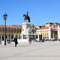 Die Praça do Comércio: Die Reiterstatue auf der Mitte des Platzes stellt José I. dar, entworfen von Joaquim Machado de Castro.