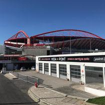 Das Estádio da Luz (deutsch Stadion des Lichts) offiziell Estádio do Sport Lisboa e Benfica ist mit einem Fassungsvermögen von 66.147 Sitzplätzen im Besitz des Fußballvereins Benfica Lissabon.
