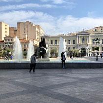 «Kotzia Square». Der Platz vor dem Rathaus hat im Laufe der Geschichte seinen Namen viele Male geändert. Heute ist er – erneut – nach dem griechischen Politiker Konstantinos Kotzias benannt.