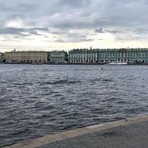 St. Petersburg | Stadtrundfahrt | Blick über die Newa auf das legendäre Winterpalais
