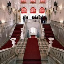 *Puschkin | Katharinenpalast | Über dieses beeindruckende Treppenhaus gelangen die Besucher in die Prunk- und Privaträume der Zaren.*