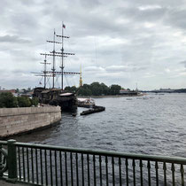 St. Petersburg | Stadtrundfahrt | Haseninsel | Nachbau eines antiken Kriegsschiffes | Heute Touristenrestaurant